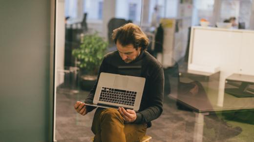 Bild aus unserem Service-Design-Report 2021 - Mann, der den Laptop schräg auf dem Schoss hält